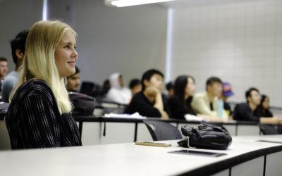 College i USA efter gymnasiet - Pige i klasselokale