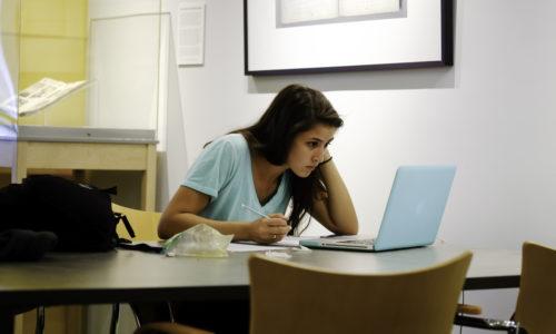Pige laver lektier