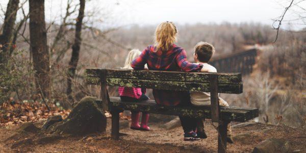 Forberedelse til tiden i USA - Au Pair på bænk med børn