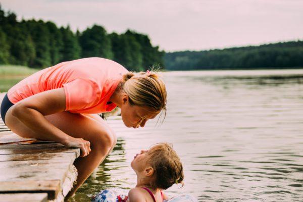Au Pair ansøgningskrav - Pige svømmer med Au Pair